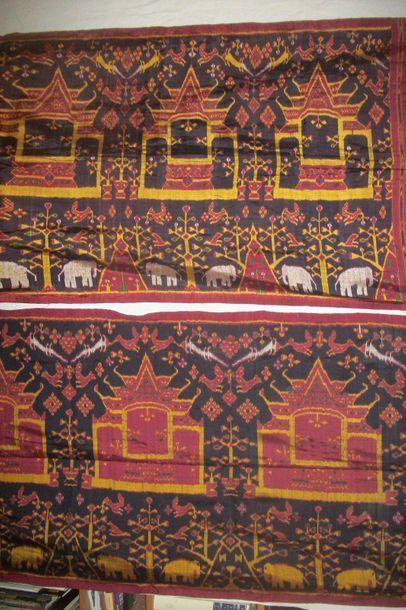 Deux Ikat de soie, Indonésie, Îles de la Sonde, fond noir, décor d'une frise de...