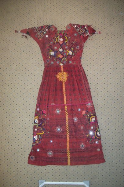 Robe Kutsch, Inde, toile rouge brodée polychrome...