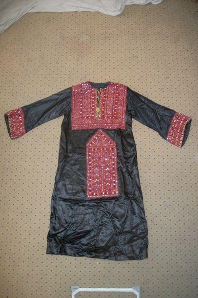 Robe, Pakistan, satin noir, plastron et manches...