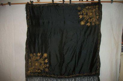 Châle, Inde, vers 1900, satin noir brodé...
