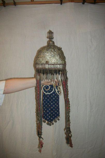 Coiffe, Turkménistan, brodée de plaques de...