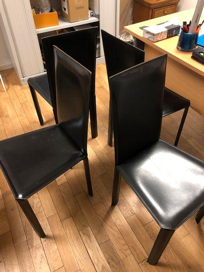 4 chaises à haut dossier en cuir