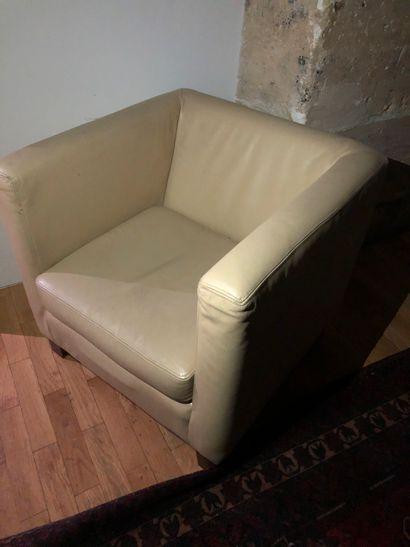 2 fauteuils cuir crème piètement bois  On...