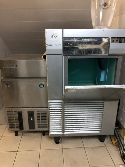 Set comprising an ICEMATIC ice maker and a HOSHIZAKI ice maker