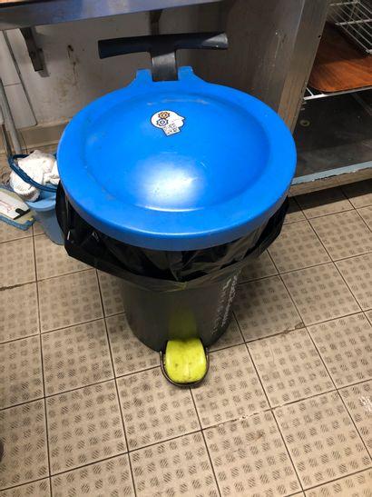 1 poubelle, lot de raclettes