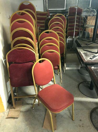 Lot de 26 chaises rouge et +/- 36 fauteu...