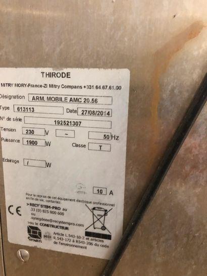 THIRODE armoire chaude sur roulettes. Dimensions : 180 x 68 x 90 cm.