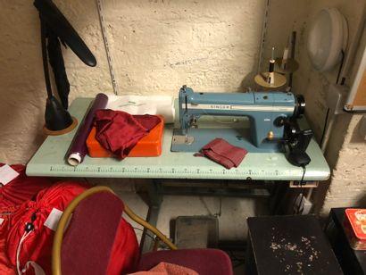 Table couture avec sa machine à coudre S...