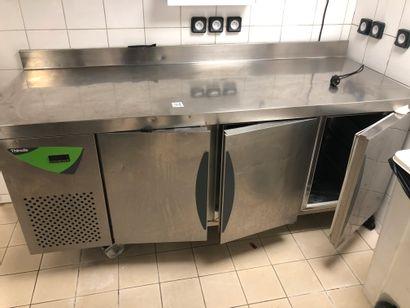 "Meuble frigorifique THIRODE à trois portes ; ""frigo du jour"". Dimensions : 190 de..."