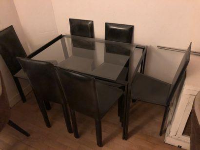 Table plateau de verre et 6 chaises en cuir...