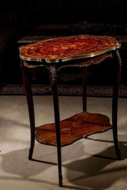 Charmante table à encas de forme galbée en...