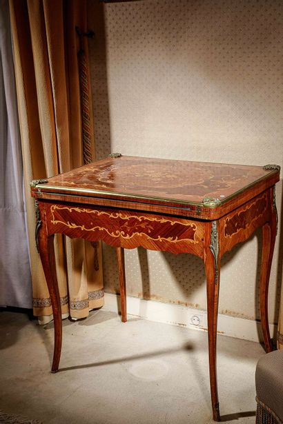 Charmante table à jeu en marqueterie de bois...