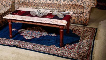 Table basse, piètement de style Louis XVI...