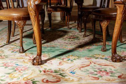 Grand tapis en laine décor central d'un médaillon...