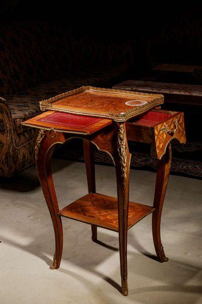 Table volante en marqueterie de bois de placage...