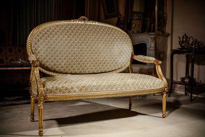 Salon en bois sculpté et doré à décor d'entrelacs,...