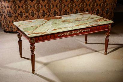 Table basse en bois teinté, riche décor de...