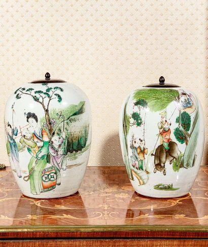 Paire de vases couverts en porcelaine polychrome...