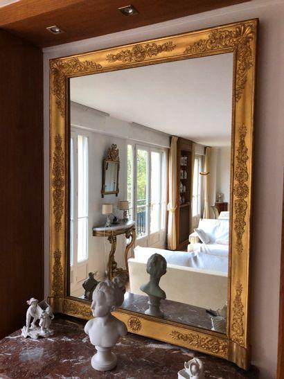 Miroir en bois et stuc doré à décor de palmettes...