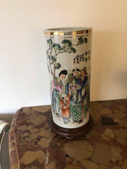 Vase rouleau en porcelaine à fond blanc et...