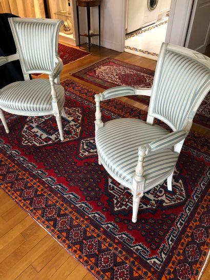 Suite de 4 fauteuils en bois laqué blanc,...