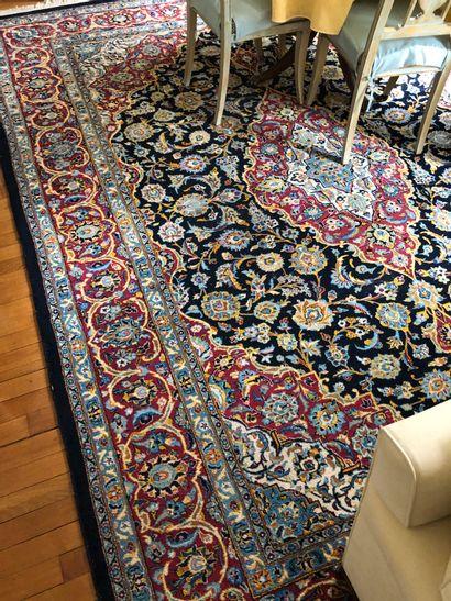 Grand tapis à large médaillon central de...