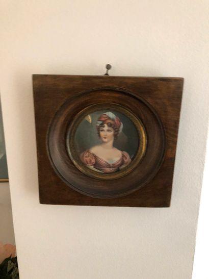 Deux miniatures rondes, cadre en bois