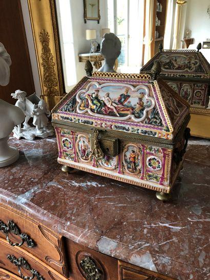 Capodimonte, Italie  Coffre en porcelaine...