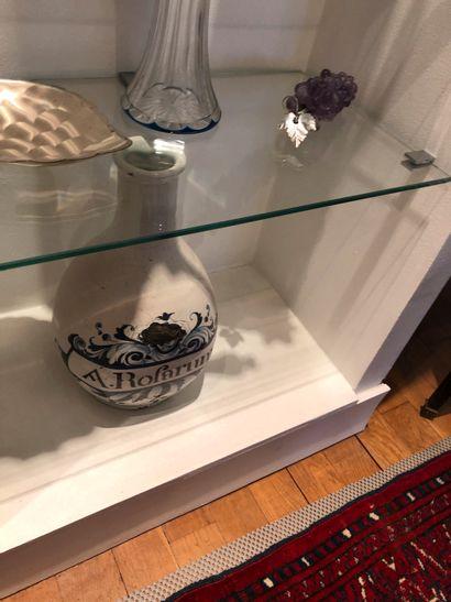 Vase à long col en faïence émaillée, inscription...