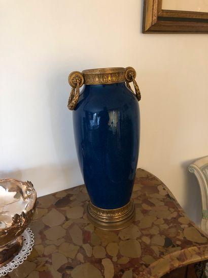 Vase oblong en faïence bleue à garniture...