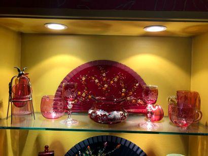 Ensemble de verrerie teinté rouge