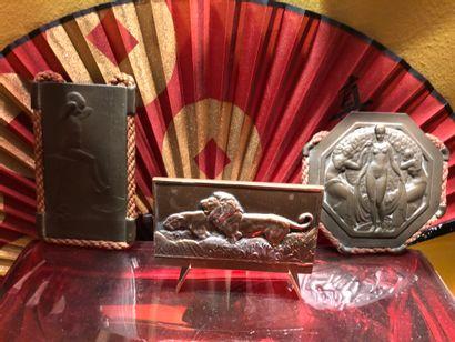Suite de 3 plaques en bronze ou métal repoussé...