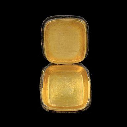 BOITE à PILULES de forme coussin en vermeil (min. 800‰) ciselé à motifs de feuillages,...