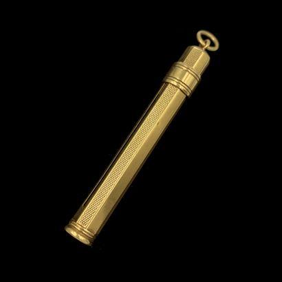 PORTE MINE en or jaune (750‰) finement guilloché. Bague coulissante.  Long. : 7,8...