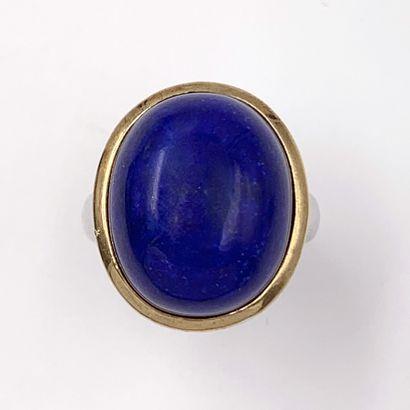 BAGUE en argent (925%) orné d'un cabochon de lapis lazuli de forme ovale.  Doigt...