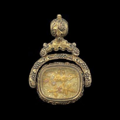 """. CACHET """" pivotant """" en métal entièrement ciselé à motifs de deux colombes, orné..."""