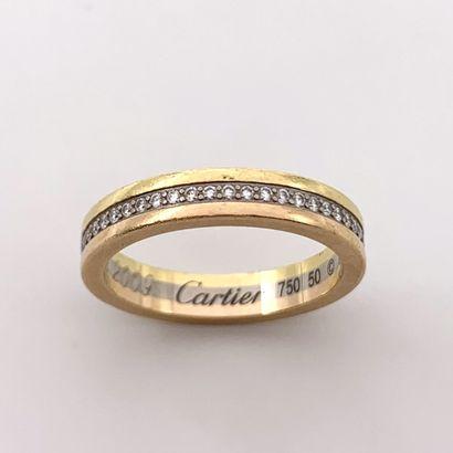 CARTIER  ALLIANCE trois ors (750‰) centré d'un alignement de diamants taille brillant....