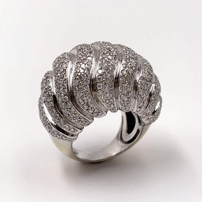 """. Importante BAGUE """" boule """" en or gris (750‰) godronné à motifs de vagues, serti..."""