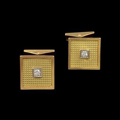 """Paire de BOUTONS de MANCHETTES carrés en or jaune (750‰) guilloché à """" pointes de..."""