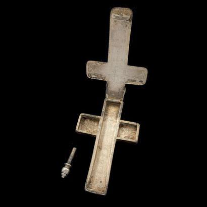 CROIX reliquaire en argent (‰) ciselé, ouvrant à charnières.  Travail du XVIIIème...