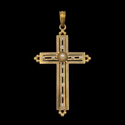 """PENDENTIF """" croix """" en or jaune (750‰) ajouré et boulé, orné de onze demi perles..."""