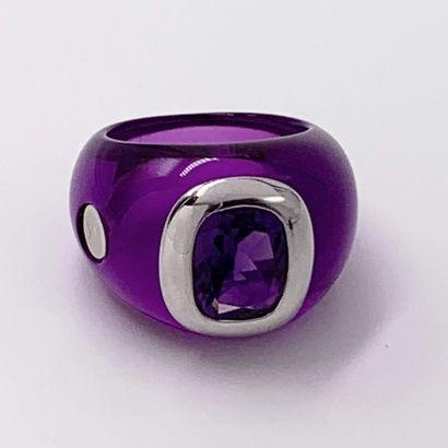 BENITAH  BAGUE en résine violette et or gris (750‰) surmontée d'une améthyste taille...