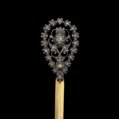 EPINGLE à CHAPEAU, la tête de l'épingle en argent (min. 800‰) ajouré, serti de diamants...