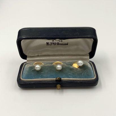 Trois paires de BOUTONS de COL en or rose (750‰) orné de perles probablement fines...