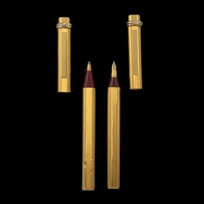 """CARTIER  Paire de STYLOS plume et bille modèle """" Trinity """" en métal doré entièrement..."""