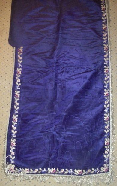 Voile huméral, circa 1900, moire violette,...