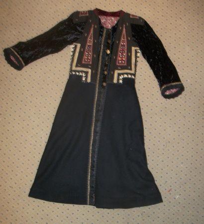 Manteau en drap de laine noire, bustier orné...