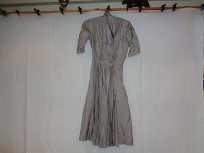 Robe, circa 1930, sergé gris, décor de losanges...