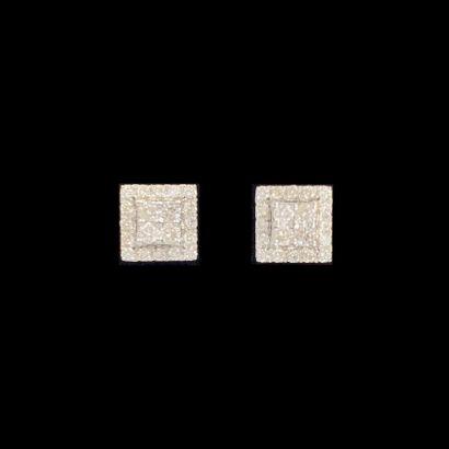Paire de CLOUS d'OREILLES carrés en or gris...