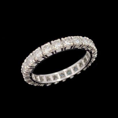 ALLIANCE en or gris (750‰) serti de 24 diamants...